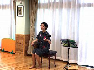 安里橋ユンタ、てぃんさぐの花など沖縄の唄の調べにみんなうっとり
